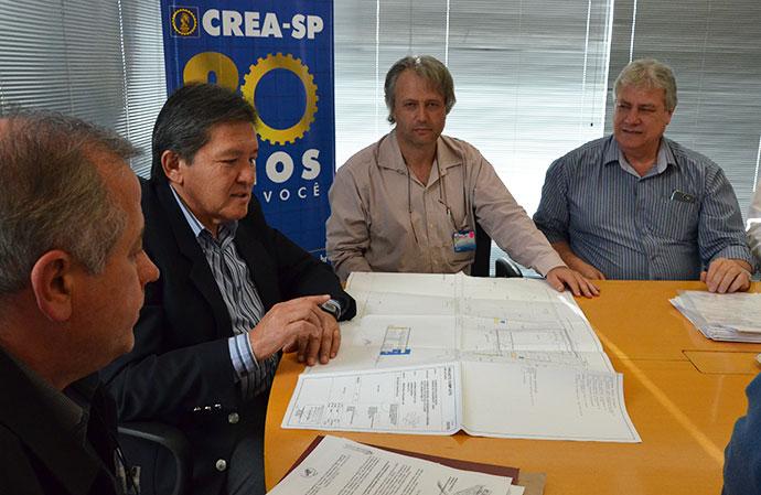 Presidente do CREA-SP, Engº Kurimori analisa o projeto da Casa da Engenharia de Bragança Paulista