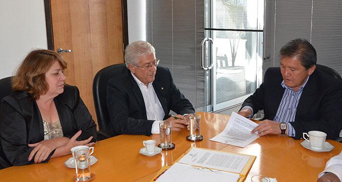 Presidente do CREA-SP Engº Francisco Kurimori assina o Contrato de Prestação de Serviços e Cessão de Uso de Instalações