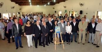 Mais de 70 profissionais da região e convidados prestigiaram o evento do Crea-SP - na foto acima, com a placa comemorativa da pedra fundamental