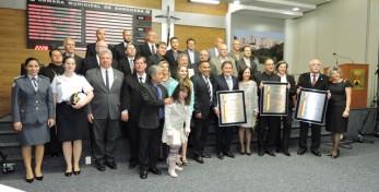 Os homenageados com as suas honrarias, familiares e amigos