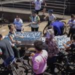 Ciclistas se hidratam defronte ao IBIS Hotel